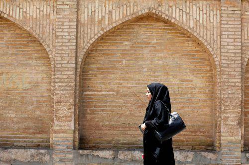 Im Iran müssen Frauen ein Kopftuch und einen langen weiten Mantel tragen.