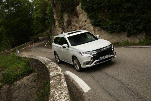 Im Mitsubishi Outlander PHEV sorgen ein 2,4-l-Benziner und zwei E-Motoren für (Allrad-)Antrieb und für 45 Kilometer elektrische Reichweite (WLTP).