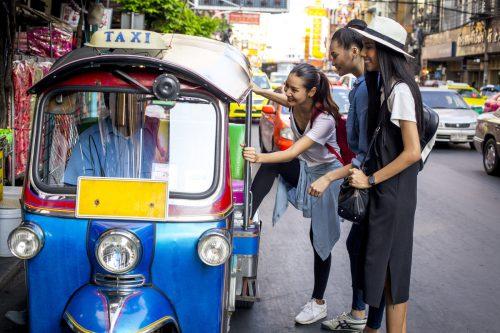 In Thailand ist es sicherer und auch billiger, ein Tuk Tuk als Transportmittel zu nehmen, als selber Auto zu fahren. fotolia