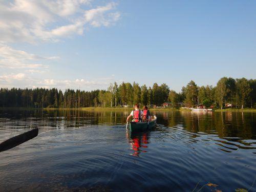 Kanufahren auf einem finnischen See war Teil des Freizeitprogramms. feldkirch