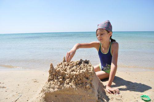 Kleine Sandskulpturen dürfen an Spaniens Stränden entstehen, große Burgen zu bauen ist indes verboten. fotolia