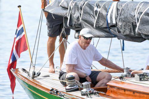 """König Harald V. von Norwegen ist am Montag mit seiner Mannschaft und der Jacht """"Sira"""" zur Weltmeisterschaft in der Acht-Meter-Klasse auf dem Bodensee gestartet. APA"""