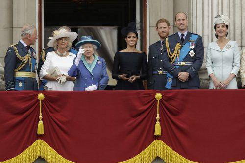 Königin Elizabeth II. sah sich mit ihrer Familie vom Balkon des Buckingham-Palastes eine Flugschau an. AP
