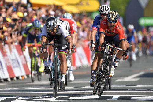 Kraftvoll im Sprint: Peter Sagan setzt sich auf der zweiten Etappe der Tour de France gegen Sonny Colbrelli (r.) und Arnaud Demare (hinten) durch.apa