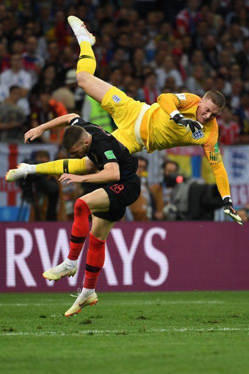 Kroatiens Ante Rebic und der englische Torhüter Jordan Pickford krachen zusammen, können aber weiterspielen.afp