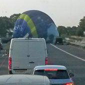 Heißluftballon landet auf Autobahn