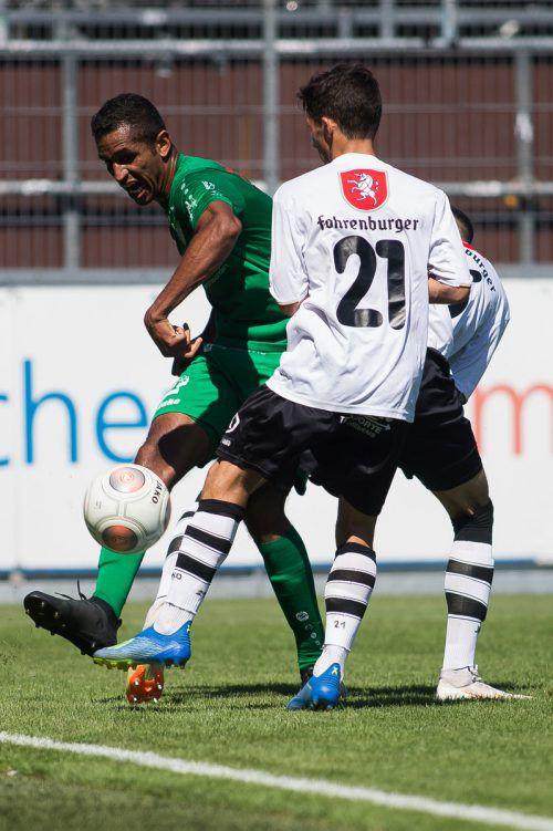 Langeneggs Verteidigung rund um Gilnei Silva de Mesquita (links) hielt gegen Altachs Amateure stand.VN-Steurer