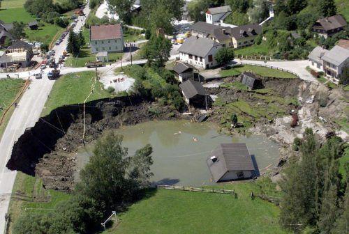 Luftaufnahme des eingestürzten Bergwerkstollens in Lassing, aufgenommen am 20. Juli 1998. Bei dem Grubenunglück wurden elf Menschen verschüttet. APA
