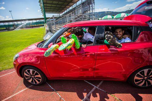 Männer so weit das Auge reicht: Zum Abschluss des VN-Gewinnspiels gilt es zu erraten, wie viele Kicker der Lustenauer Austria sich den Platz im Suzuki Swift teilen. VN/Steurer