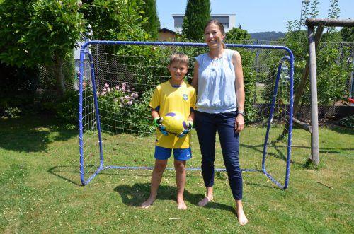 Marianne Oberhauser und ihr jüngster Sohn Mattias (9) drücken den Schweden die Daumen. VN/ger