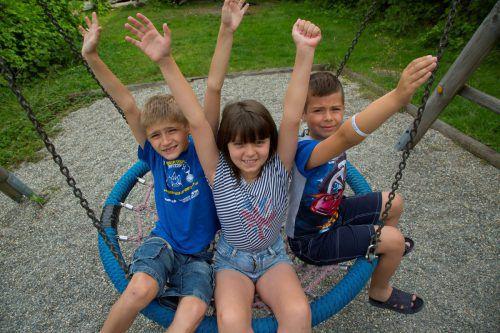 Marko, Roxolana und André (v. l.) genießen ihren Urlaub in Vorarlberg. Jetzt sind Spiel und Spaß angesagt.  VN/Paulitsch