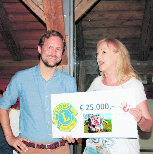 Mathias Dürs Mutter Carmen freut sich über den Spendenscheck, den ihr Clemens Sagmeister übergeben hat.