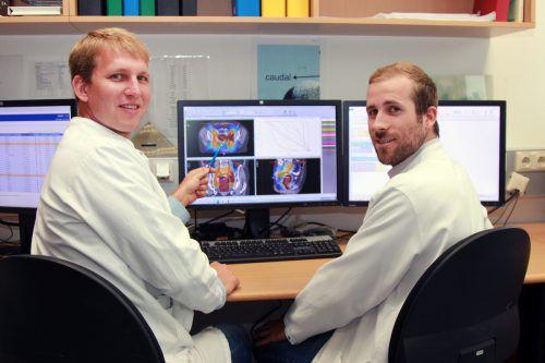 Matthias Kowatsch (l.) und Philipp Szeverinski vom Landeskrankenhaus Feldkirch sind wahre Meister in der Strahlenplanung.khbg