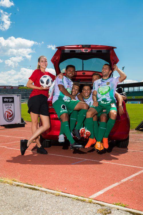 Mehr als eine Mannschaft, nämlich 14 Austria-Spieler, fanden im Suzuki Swift Platz. Über den Gewinn des Autos beim VN-WM-Gewinnspiel darf sich Sabrina Felder freuen. VN/Steurer