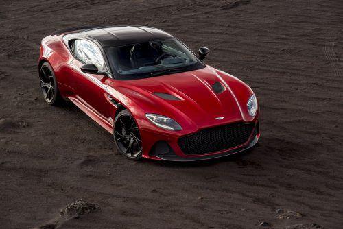 Mit dem DBS Superleggera bringt Aston Martin im Herbst ein neues Topmodell auf den Markt, das den betagten Vanquish S ersetzt. Unter der langen Haube sitzt ein 5,2 Liter großer V12 mit doppelter Turboaufladung, der725 PS produziert und ein Drehmoment von 900 Newtonmetern zur Verfügung stellt. Der Preis dürfte bei über 300.000 Euro beginnen.