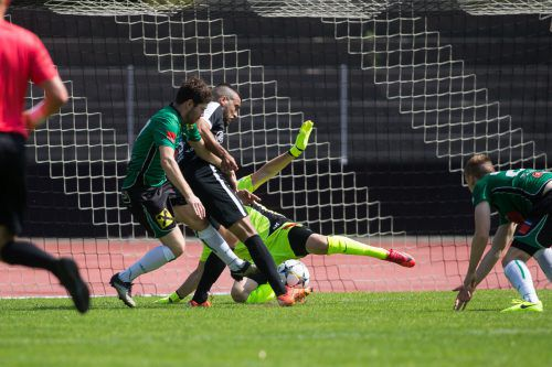 Mit dem ersten Treffer für die Schwarz-Weißen eröffnete Musap Palta (schwarzes Dress) den Torreigen im Casinostadion.Steurer