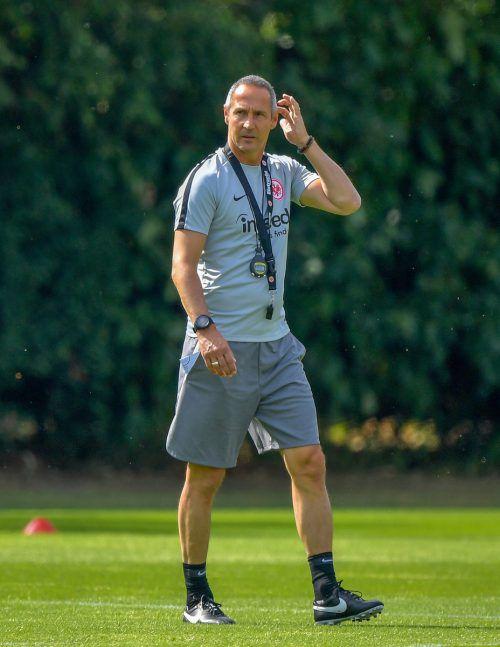 Mit Stoppuhr und Trillerpfeife – Adi Hütter während seiner ersten Trainingseinheit beim deutschen Cupsieger Eintracht Frankufrt.gepa