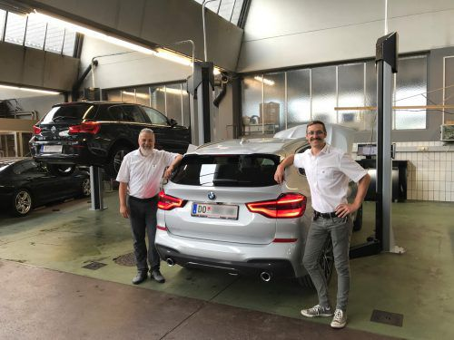 Mit zwei zusätzlichen Hebebühnen (Bild: Betriebsleiter Gerhard Bandl, li.) und Christoph Nigsch) baut BMW Unterberger Nenzing seine Werkstattkapazität um 25 Prozent aus. Firma