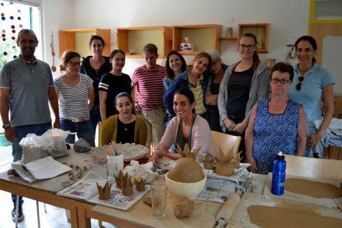 Mitarbeiter des Versicherungsmaklers Aon arbeiteten kürzlich in der Caritas-Werkstätte Ludesch mit. Caritas