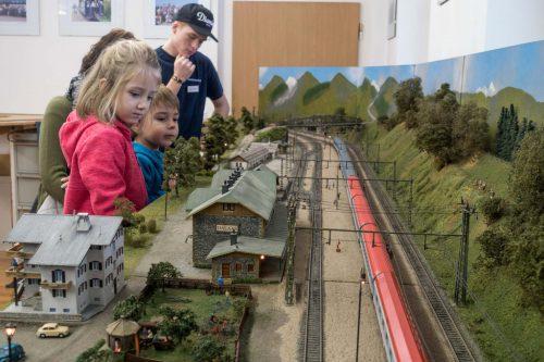 Modellbahn-Anlagen und die Spielanlage begeistern Groß und Klein.fst