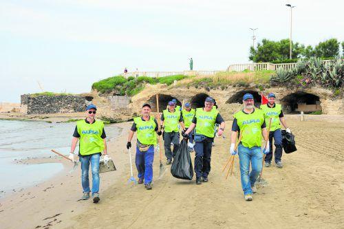Ob in Amerika, Europa oder Asien: Mit Handschuhen, Zangen und Müllsäcken ausgestattet, sammelten ALPLA Mitarbeiter Abfälle ein.