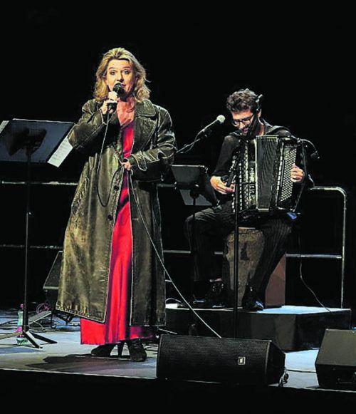 Ohne Diven-Gehabe: Christiane Boesiger mit dem Akkordeonisten Christian Bakanic des Ensembles folksmilch auf der Bregenzer Werkstattbühne. BF/Köhler