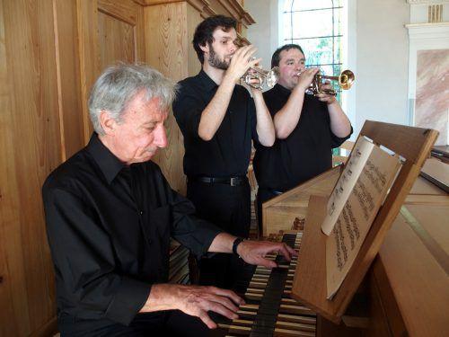 Organist Bruno Oberhammer an der Orgel in Hittisau mit den Trompetern Thomas Vötterl und Gabriel Maria Morre.Jurmann