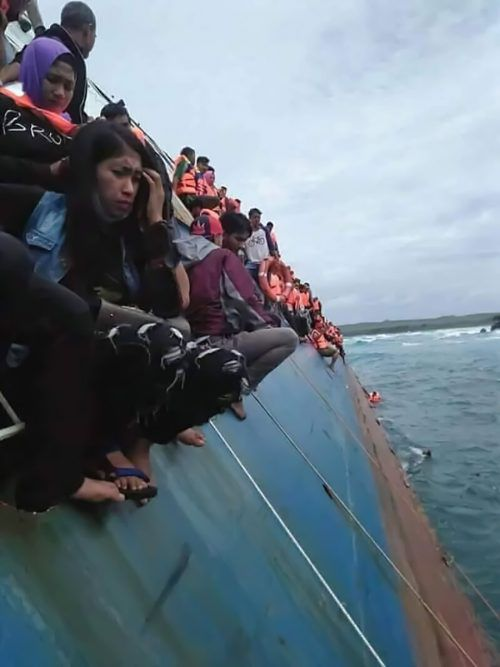 Passagiere versuchten, sich durch einen Sprung ins Wasser zu retten. APA