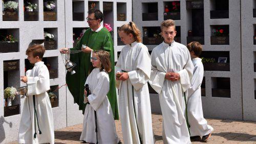 Pfarrer Rainer Büchel weihte am Sonntag die neue Urnenwand. loacker