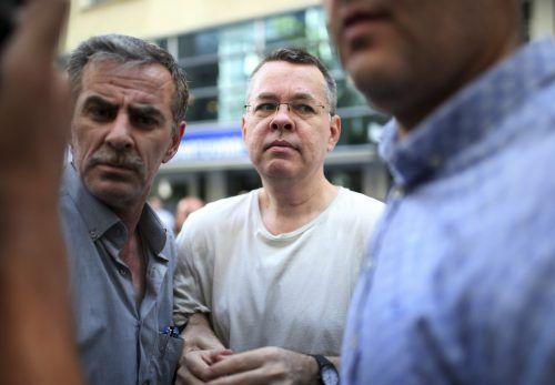 Polizisten in Zivil begleiten Andrew Brunson aus der Haft in den Hausarrest. AP