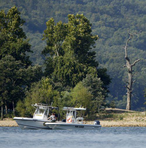 Rettungskräfte sind auf dem See auf der Suche nach Opfern. AFP