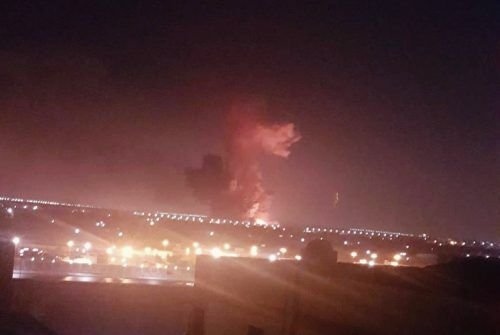 Riesige Flammen und dichter Rauch stiegen über der Chemiefabrik auf. AP