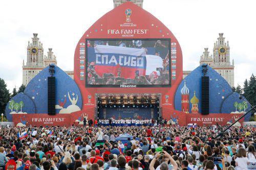 Russland Teamtorhüter Igor Akinfejew am Boden zerstört, während Kroatiens Spieler den Sieg im Elfmeterschießen feiern. Barça-Legionär Ivan Rakitic erzielte den entscheidenden Treffer.ap