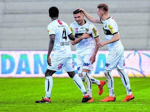 Samuel Oum Gouet (l.) und Christian Gebauer (r.) bejubeln den 1:0-Führungstreffer von Adrian Grbic im ÖFB-Cup gegen den SC Parndorf.gepa