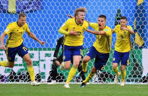 Schwedischer Glücksmoment: Emil Forsberg bekommt für seinen Siegtreffer gegen die Schweiz Jubel-Unterstützung von Mikael Lustig und Marcus Berg.gepa