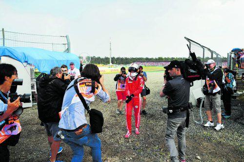 Sebastian Vettel als Fußgänger. Der Ferrari-Star vergab in Hockenheim mit einem Ausrutscher die Chance, seine Führung in der WM gegen Konkurrent Lewis Hamilton auszubauen.apa