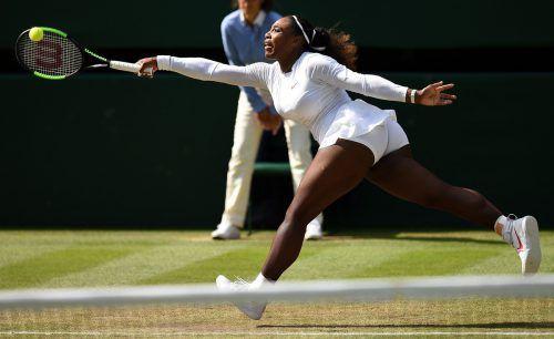 Serena Williams musste in Wimbledon den ersten Satz abgeben, kämpfte sich aber gegen Camila Giorgi noch zum Sieg. Im Halbfinale wartet Julia Görges. apa