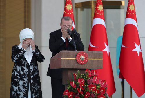 Staatschef Recep Tayyip Erdogan und Ehefrau Edina bei einem öffentlichen Gebet im Präsidentenpalast in Ankara. reuters