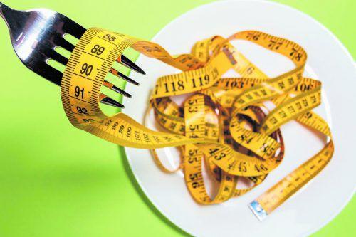 Statt bewusster Ernährung setzen manche Jugendliche auf ungesunde Crash-Diäten.