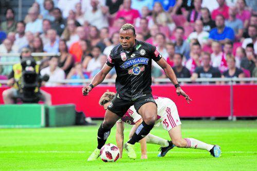 Sturm-Angreifer Emeza Eze gewinnt das Duell gegen Ajax-Mittelfeldspieler Carel Eiting, das Spiel geht aber mit 0:2 verloren.gepa