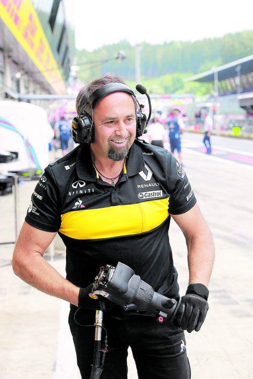 Thomas Fussengger hilft in der Box des Renault-Rennstalls aus.noger