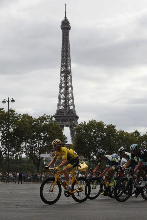 """Triumphfahrt unter dem Eiffelturm. Geraint Thomas wurde im Ziel von seiner Frau Sara Elen empfangen: """"Es ist sehr emotional. Ich wusste nicht, dass sie hier ist.""""ap"""