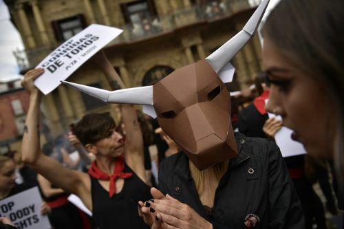 Trotz der Proteste der Tierschützer lockt das Fest Zehntausende Touristen an. AP