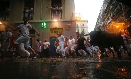 Trotz zunehmender Kritik lockt die Stierhatz Tausende nach Nordspanien. reuters
