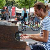 Jeder durfte am Piano spielen