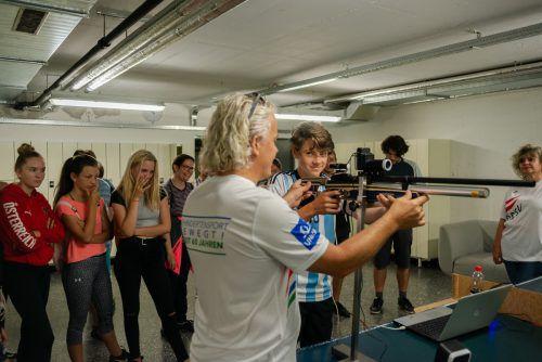 Unter Anleitung von Patrick Moor konnten die Schüler erste Versuche im Sportschießen für Blinde machen.Sergiu Borcuta