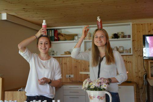 Verena Gmeiner (l.) und Melissa Herburger entwickelten Pflegeprodukte und einen Drink aus Molke.