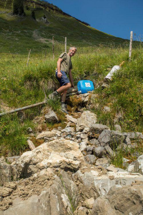 Wasser wird auf den Alpen derzeit aus den kleinsten Quellen gewonnen. Die Trockenheit setzt Mensch und Natur immer mehr zu. VN/Paulitsch