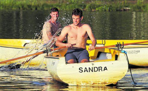 Wasserspaß für die Tennis-Asse: Dominic Thiem und Dennis Novak reißen sich beim Rudern im Schwarzsee in Kitzbühel am Riemen.gepa