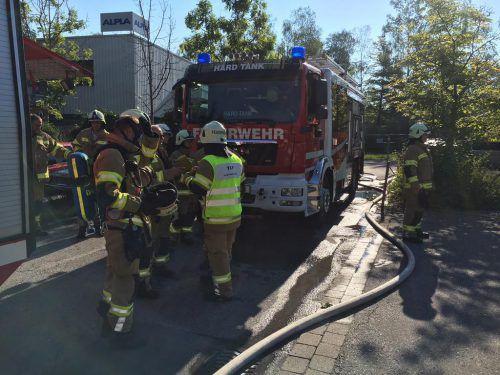 Wegen der starken Rauchentwicklung mussten die Einsatzkräfte der Feuerwehr mit Atemschutz ins Gebäude vordringen.  vol.at/Pletsch